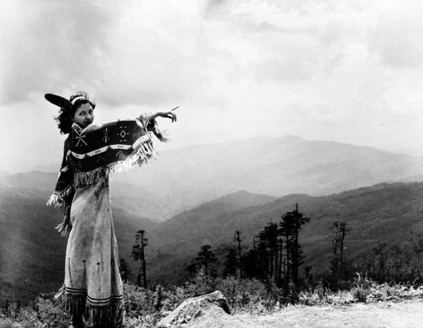 th_cherokee_woman_1942_ap421130056